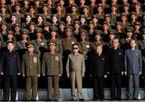外,据一名朝鲜清津市的音讯人士称,军方除了收到穿军装的金正恩肖像画外,还收到了金正恩与朝鲜指导人金正日一同议论文件的肖像画。 报道称,这些由朝鲜万寿台创作团制造的肖像画将被悬挂在野鲜各机关和家庭的室内。
