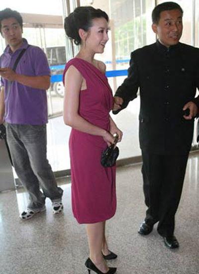 紫白色的斜肩连身裙性感不失文雅