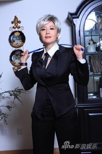 组图:恬妞<b><a href='http://www.make-dress.com.cn'>职业装</a></b>显气质中性装扮引领时髦风潮