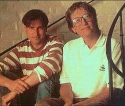 盖茨与乔布斯在1990年代晚期的合影,两人之间的差异只要三颗纽扣。