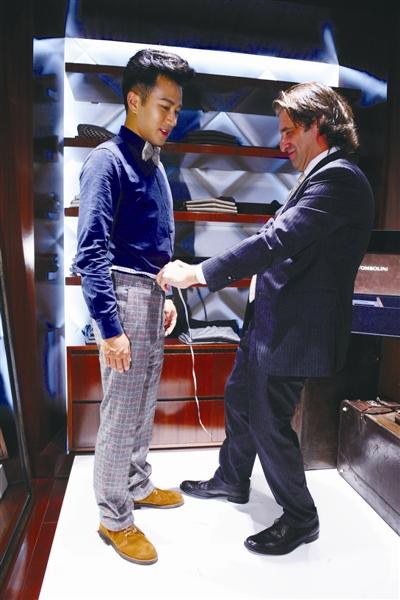 TOMBOLINI的意大利量体师在专卖店里为影视明星刘恺威量身定制服装。 童芸 摄